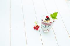 Zdrowy płatowaty deser z śmietanką na drewnianym tle obrazy stock