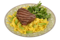Zdrowy Piec na grillu Polędwicowy stek z makaronu i Zielonej sałatki posiłkiem Obrazy Royalty Free