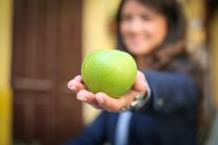 Zdrowy posiłek, jabłko w ręce Ostrość na ręce Fotografia Royalty Free