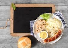 Zdrowy posiłek na talerzu na górze Czarnego Chalkboard Obrazy Stock