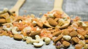 Zdrowy różny typ dokrętki i cukierki w drewnianej łyżce zbiory wideo