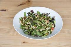 Zdrowy sałatkowy talerz quinoa i sałata na drewnianym stole obrazy royalty free