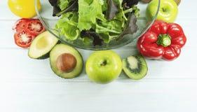 Zdrowy sałatkowy diety jedzenie, Zdrowy sałatkowy puchar na białym drewnianym tle, lunchu czas, concep, jarskiego diety, jedzenia zdjęcie royalty free