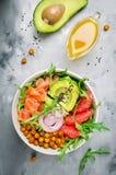Zdrowy sałatkowy puchar z łososiem, grapefruitowi, korzenni chickpeas, avo obraz royalty free