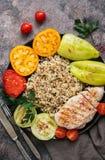Zdrowy sałatkowy puchar z quinoa, pomidory, piec na grillu kurczaka, zucchini, słodki pieprz na nieociosanym tle Widok od above,  zdjęcie stock