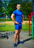 Zdrowy silny atleta mężczyzna ćwiczy przy miasto parkiem Zdjęcie Stock