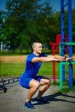 Zdrowy silny atleta mężczyzna ćwiczy przy miasto parkiem Obrazy Royalty Free