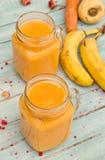 Zdrowy smoothie z mango, bananem, marchewką i pasternakiem, Zdjęcie Stock