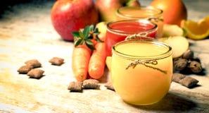 Zdrowy sok i organicznie owoc na stole zdjęcia royalty free