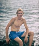 Zdrowy sprawność fizyczna mężczyzna blisko morza zdjęcie stock