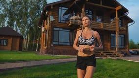 Zdrowy Styl życia Dziewczyna biega wokoło w ranku w premia obszarze zamieszkałym zdjęcie wideo