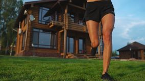 Zdrowy Styl życia Dziewczyna biega wokoło w ranku w premia obszarze zamieszkałym zbiory