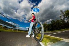 Zdrowy styl życia - dziewczyny jechać na rowerze Zdjęcia Stock