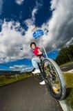 Zdrowy styl życia - dziewczyny jechać na rowerze Obrazy Stock