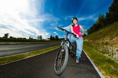 Zdrowy styl życia - dziewczyny jechać na rowerze Zdjęcia Royalty Free