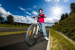 Zdrowy styl życia - dziewczyny jechać na rowerze Obraz Royalty Free