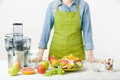 Zdrowy styl życia i diety pojęcie Owocowy sok, pigułki i witamina nadprogramy, kobieta robi wyborowi Zdjęcie Royalty Free