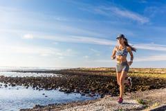 Zdrowy styl życia kobiety biegacza biegać outside zdjęcie stock