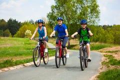 Zdrowy styl życia - rodzinny jechać na rowerze Fotografia Royalty Free