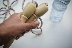 Zdrowy styl życia skok arkana i woda butelka - zdjęcie royalty free