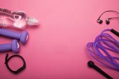 Zdrowy styl życia, sporta lub atlety wyposażenie na różowym tle, Odbitkowa przestrze? dla teksta zdjęcia royalty free