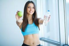 Zdrowy Styl życia Szczęśliwa kobieta z szkłem woda napoje uzdrowiciel zdjęcia stock