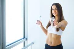 Zdrowy Styl życia Szczęśliwa kobieta z szkłem woda napoje uzdrowiciel obrazy stock