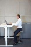 Zdrowy styl życia w biurowej pracie Obrazy Royalty Free