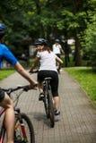 Zdrowy styl życia - ludzie jedzie bicykle w miasto parku Obraz Royalty Free