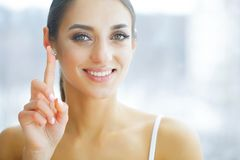 zdrowy Szczęśliwa kobieta z szkłami kontaktowymi na palcu Oko opieka obraz royalty free