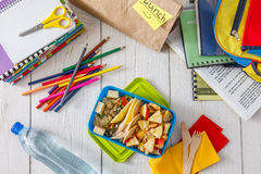 Zdrowy szkolnego lunchu pudełko na białym drewnianym tle, odgórny widok Fotografia Stock
