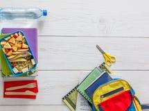 Zdrowy szkolnego lunchu pudełko na białym drewnianym tle, odgórny widok Zdjęcie Royalty Free