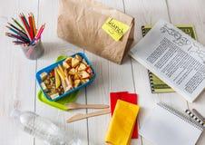 Zdrowy szkolnego lunchu pudełko na białym drewnianym tle, odgórny widok Obrazy Royalty Free