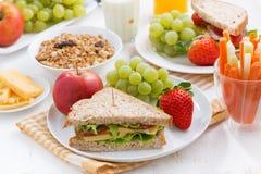 Zdrowy szkolny śniadanie z świeżymi owoc i warzywo Zdjęcie Royalty Free