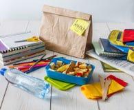 Zdrowy szkolny lunch w pudełku na białym drewno stołu tle Obraz Royalty Free