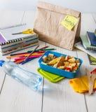 Zdrowy szkolny lunch w pudełku na białym drewno stołu tle Fotografia Stock