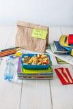 Zdrowy szkolny lunch w pudełku na białym drewno stołu tle Obrazy Stock