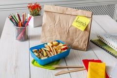 Zdrowy szkolny lunch w pudełku na białym drewno stołu tle Zdjęcia Royalty Free