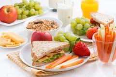 Zdrowy szkolny śniadanie z owoc i warzywo Zdjęcie Royalty Free