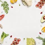 zdrowy tła jedzenie Różnorodni świezi sałatkowych warzyw składniki na bielu Zdjęcie Stock