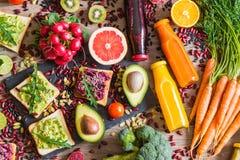 Zdrowy weganinu jedzenie Kanapki i świezi warzywa na drewnianym tle Detox dieta Różni kolorowi świezi soki Odgórny widok obrazy stock