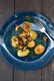 Zdrowy weganinu jedzenie Lasowe pieczarki, grule i koper na marynarce wojennej, Fotografia Stock