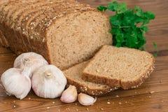 Zdrowy wholemeal chleb, garlics i pietruszka, Obrazy Stock