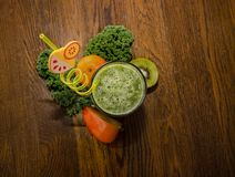 Zdrowy, zielony koktajl, Fotografia od above obrazy royalty free