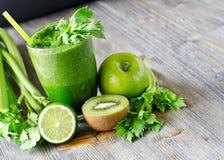Zdrowy zielony smoothie napój z szpinakiem i selerem Obraz Stock