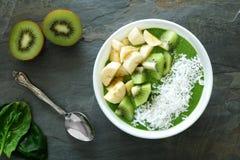 Zdrowy zielony smoothie puchar na łupku Zdjęcia Royalty Free