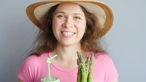Zdrowy zielony smoothie z asparagusem w kobiety ` s ręce zdjęcie wideo