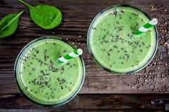 Zdrowy zielony smoothie z dziecko szpinakiem, avocado i chia ziarnami w szklanych słojach, zdjęcia royalty free