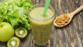 Zdrowy zielony smoothie z kiwi, jabłko i zbiory wideo