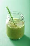 Zdrowy zielony smoothie z szpinaka mangowym bananem w szklanych słojach Zdjęcia Royalty Free